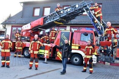 Symbolisches Schlüsselübergabe der Drehleiter der Adorfer Feuerwehr durch Bürgermeister Rico Schmidt an Stadtwehrleiter Steffen Neudel.