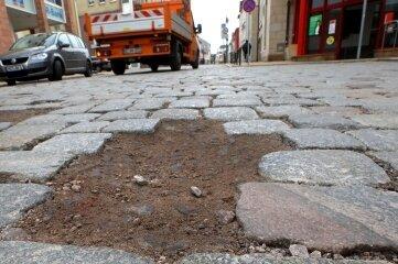 Auf der Leipziger Straße in Glauchau lockert sich immer wieder das Pflaster.