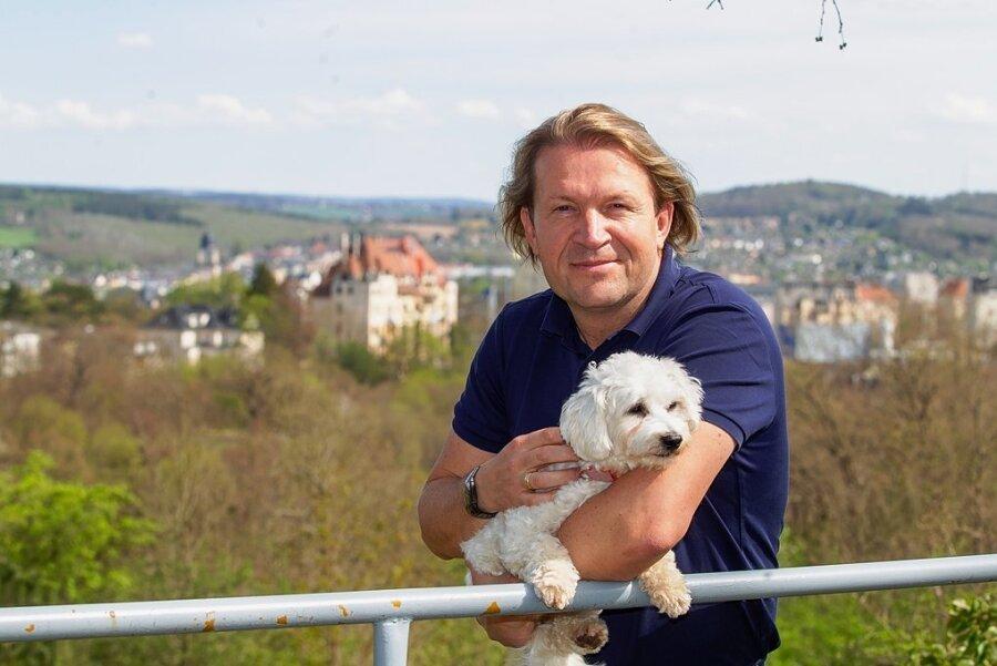 """Thomas Haubenreißer ist OB-Kandidat der FDP. Mit seiner Hündin Kathy bummelt er gern zum Wagner-Metzner-Platz: """"Ein schöner Blick auf die Stadt und ein Ort der Ruhe"""", wie er sagt."""