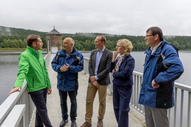 Michael Kretschmer (links) und Wolfram Günther (Mitte) waren bei der Inbetriebnahme der neuen Überleitung zur Talsperre Cranzahl vor Ort.