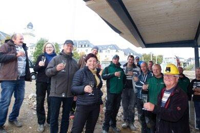 Eine spontane Party am Luftschutzkeller. Bergknappenchef (Helm) Gert Müller hatte Bauarbeiter und Baubürgermeisterin eingeladen.