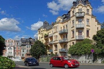 Das Gebäude im Vordergrund (Karlstraße 62) wurde 1909 von Baumeister und Architekt Wilhelm Aurich gebaut.