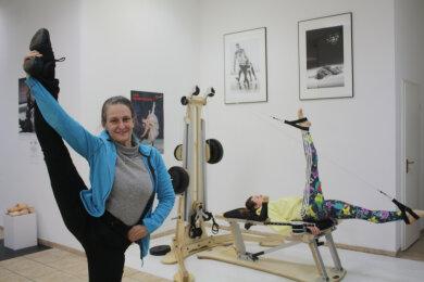 Sabrina Sadowska und Tänzerin Mariam Alemany Romero am Trainingsgerät.