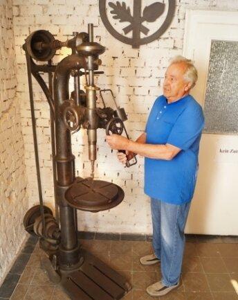 Johannes Heyder präsentiert eine Bohrmaschine aus den 1920er-Jahren.