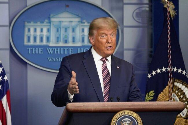 US-Präsident Donald Trump verstörte am Donnerstagabend mit einem bizarren Auftritt vor den TV-Kameras.
