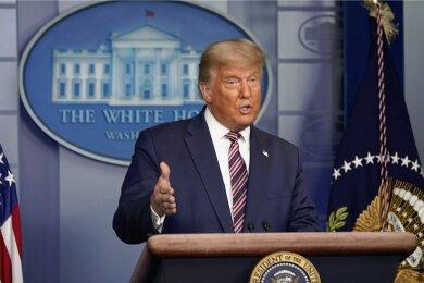 US-Präsident Donald Trump bei einem bizarren Auftritt vor den TV-Kameras im November 2020.
