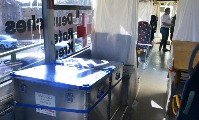 Blick in das rollende Impfzentrum für Mittelsachsen. Das DRK hat den Bus in Eigeninitiative angeschafft und selbst umgebaut.