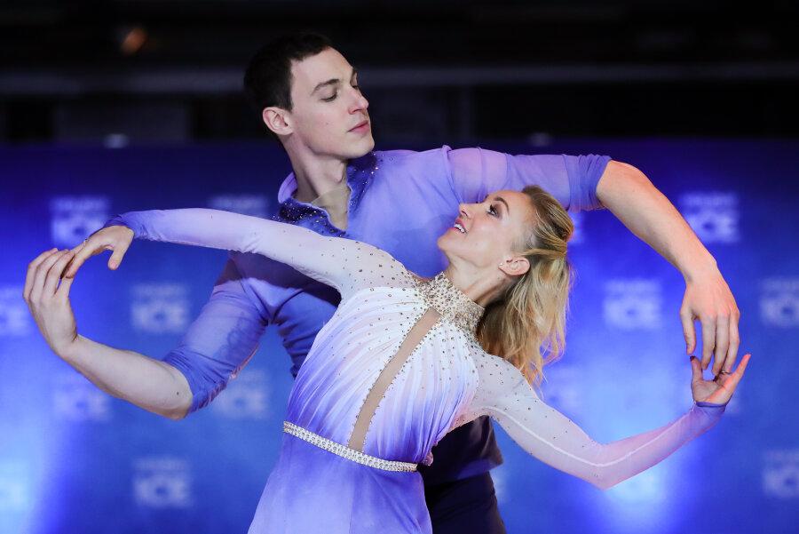 """Aljona Savchenko und Bruno Massot, Olympiasieger und Weltmeister im Eiskunstlauf, stehen bei einer Pressevorstellung von """"Holiday on Ice"""" in Hamburg."""