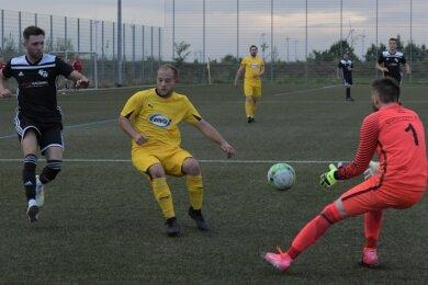 Im Test gegen den klassenhöheren FC Stollberg gelang den Oelsnitzern um Jonny Uhlmann (Mitte) zuletzt ein überraschender 4:1-Sieg.
