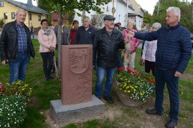 Ortsvorsteher Volkmar Schwarz (r.) dankte zur Einweihung am Mittwochabend Harald Lochau (2. v. r.), der den Wappenstein geschaffen hat. Ortschaftsrat Gerhard Jacobi (l.) hatte die Idee dazu. Rechts neben ihm der letzte Bürgermeister der Gemeinde, Gerd Heckel.
