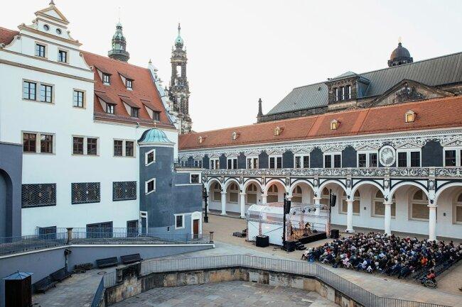 So ähnlich wie dieses Konzert der letzten regulären Dresdner Musikfestspiele am 25. Mai 2019 im Dresdner Stallhof mit dem David-Orlowsky-Trio darf man sich die an selbem Ort für Juni geplanten Live-Acts vorstellen. Nur die Zuhörerplätze dürften sich etwas weiträumiger verteilen.
