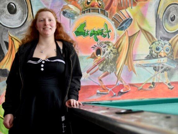 """Lisa Vogel leitet den Limbach-Oberfrohnaer Jugendclub """"Suspect"""". Wegen des Lockdowns dürfen derzeit keine Besucher kommen. Die Zeit wird für Renovierungsarbeiten genutzt."""