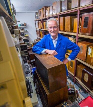 Bis zur Decke stapeln sich die Geräte: Volker Fischer aus Lauter besitzt eine große Privatsammlung alter Radios und Fernsehgeräte.