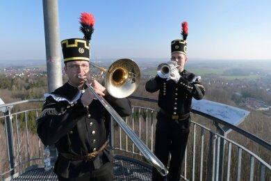 Peter Fleischer (li.) und Martin Nüßler (re.) haben kürzlich auf dem Glückauf-Turm in Oelsnitz den Steigermarsch gespielt.