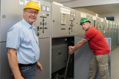 So sehen die bisherigen Zellen in der Schaltanlage der Stadtwerke aus. Im Bild: Dieter Wolf und Ralf Schneider.