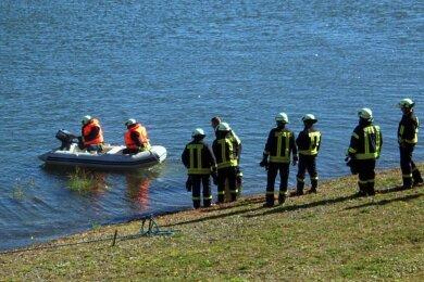 Feuerwehrleute, Polizei und Retter waren am Sonntagvormittag an der Pöhl im Einsatz.