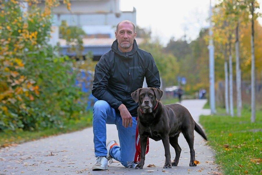 """Joe Enochs unterwegs mit Labrador """"Hershey"""" - so heißt eine Schokoladenfabrik in den USA."""
