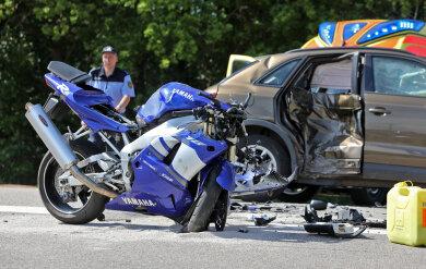 Das Motorrad krachte in die Seite des Autos.