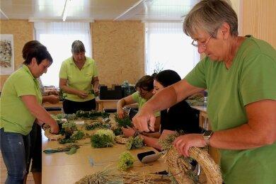 Ramona Demmler (rechts) bindet das erste Mal gemeinsam mit den Landfrauen einen Kranz.