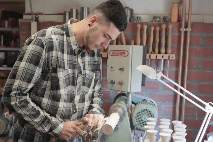 Konzentriert: Bei seinem Vater hat Robert Weigel das Handwerk erlernt. Mit 13 Jahren stand er erstmals an der Drechselbank.