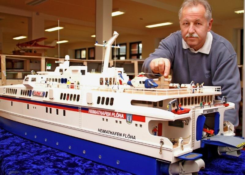 """<p class=""""artikelinhalt"""">Jürgen Krönert, Leiter des ABC-Vereins, an dem schmucken nachgebauten Ausflugsschiff Flöwe-Flöha, das im Original bereits zwischen Swinemünde und Malmö verkehrt.  </p>"""