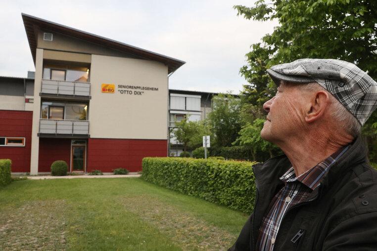 Der 84 Jahre alte Rentner Alfons Blum steht vor dem Seniorenpflegeheim Otto Dix. In diesem Heim wohnt seine Ehefrau. Er gab am 16.05.2020 bei einer Anti-Corona-Demo ein bewegendes Interview, da er seit mehreren Wochen seine Frau Gisela wegen der Corona-Einschränkungen nicht mehr sehen kann.