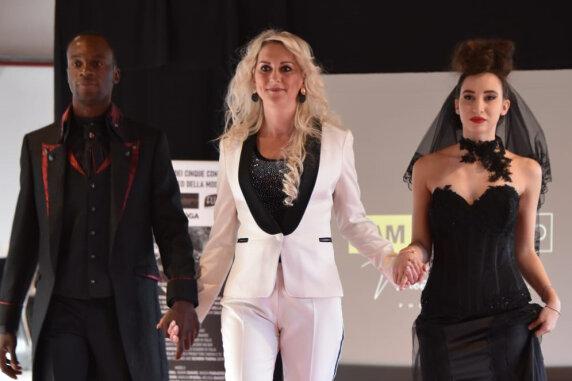 Mit einer schwarzen Hochzeitskollektion für Sie und Ihn überzeugte Ina Riedel (Mitte) die Modewelt in Mailand.