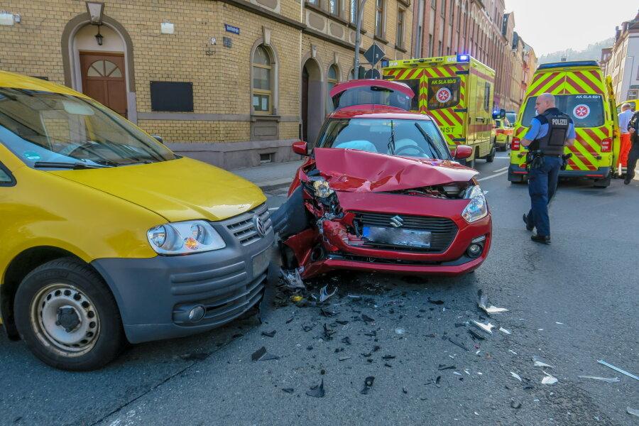 Drei Personen bei Kollision auf Kreuzung verletzt