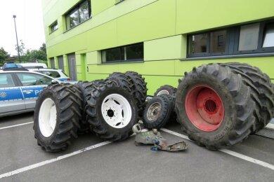 Auf der Ladefläche des Transporters fanden die Polizisten Traktorreifen und Steuerteile.