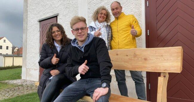 André Straube (hinten) mit Frau Sandy sowie den Kindern Marina und Max an der ersteigerten Bank.