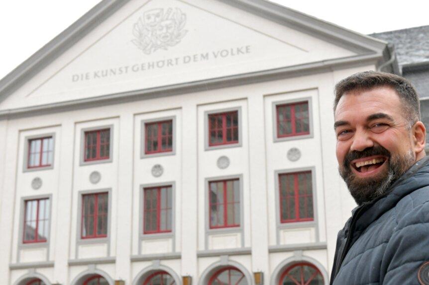Sergio Raonic Lukovic ist ab August 2022 Intendant am Mittelsächsischen Theater Freiberg. Als das Foto entstand, kamen gerade mehrere Musiker der Mittelsächsischen Philharmonie von der Probe aus der Nikolaikirche und gratulierten dem Sänger und Regisseur zu seinem neuen Posten.
