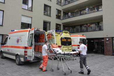 """Rettungswagen vor der Seniorenresidenz """"Am Kirschhof"""" an der Augustusburger Straße."""