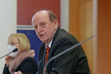 Landrat Christoph Scheurer und Beigeordnete Angelika Hölzel informierten am Freitag bei einer Pressekonferenz in Werdau über die Infektionslage im Kreis, die sich in den vergangenen Tagen zugespitzt hat.