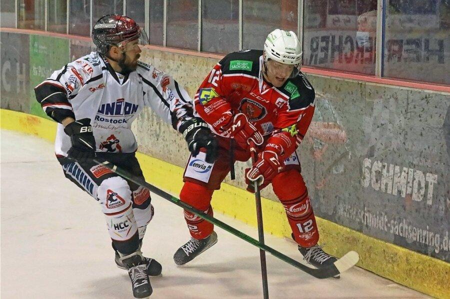Eispiraten-Neuzugang Thore Weyrauch (rechts) im Zweikampf mit dem Rostocker Tim Marek. Die Partie verfolgten 878 Zuschauer im Sahnpark.