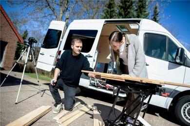 Erfüllen sich ihren Traum: Greta Thomas und Hannes Wehrmann bauen sich einen Mercedes-Benz Sprinter zu einem Campervan um.