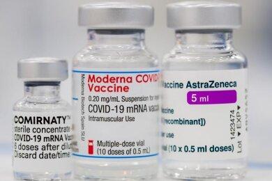 Fläschchen der Corona-Impfstoffe von Pfizer-BionTech (l-r), Moderna und Astrazeneca.