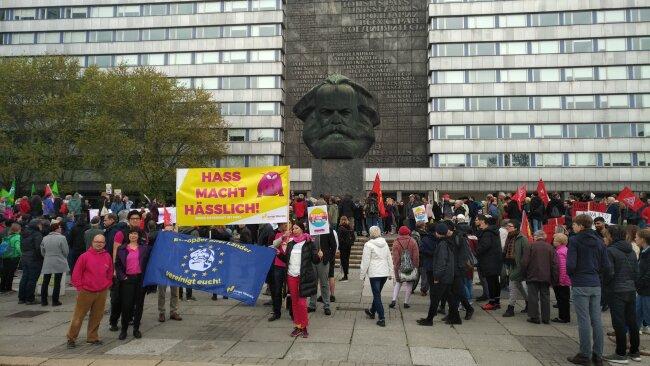 """""""Früh aufstehen gegen Rassismus"""" hieß es am Mittwoch kurz nach 9 Uhr am Marx-Monument in Chemnitz."""