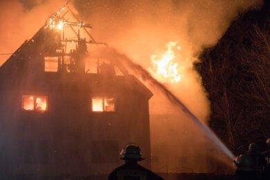Flammen schlugen aus dem Dachstuhl des Wohngebäudes an der Alten Dorfstraße in Zethau. Zwei Männer und zwei Kinder konnten sich selbst retten.