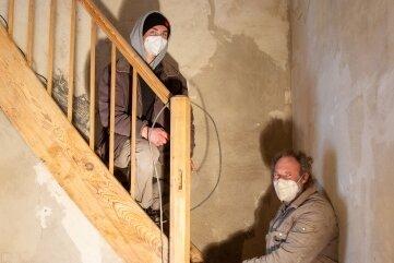 Sanieren die Treppe zum Turm: Paul Sommer (li.), Thomas Messmeringer.