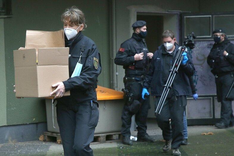 Polizeibeamte sichern während einer Grossrazzia in einem Wohnhaus im Berliner Bezirk Kreuzberg Beweismaterial.