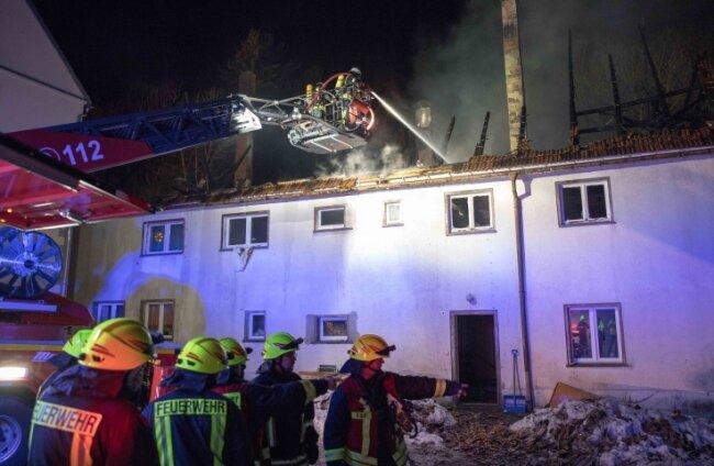 Rund 80 Kameraden konnten verhindern, dass die Flammen auf ein nebenstehendes Wohnhaus übergreifen.