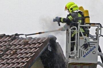Die Feuerwehr musste nach dem Blitzeinschlag Dachziegel entfernen.
