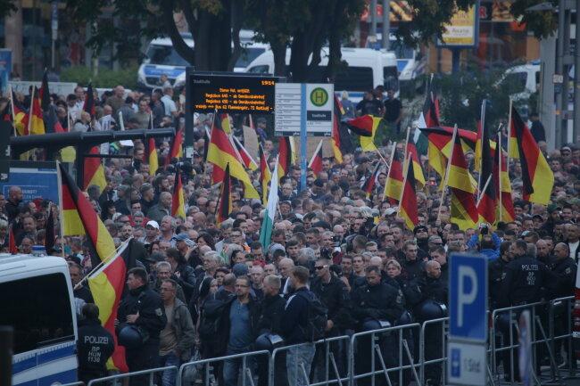 Kurz vor dem Start des Demozuges: Teilnehmer der Pro-Chemnitz-Kundgebung.