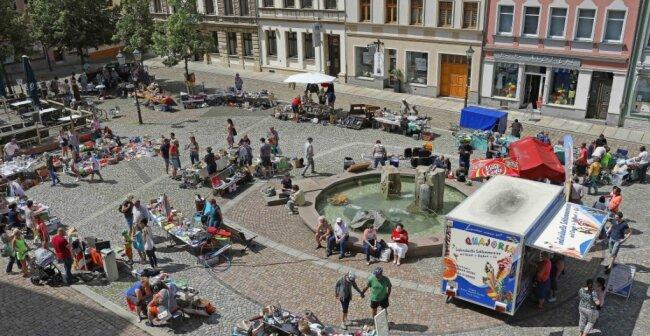 Fast 60 Händler verteilten sich am Samstag über den gesamten Werdauer Marktplatz. Hier ein Blick auf den oberen Bereich.