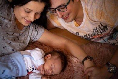 Leben als Familie in zwei Ländern - in Klingenthal und dem fünf Kilometer entfernten Kraslice: Matthias Müller (32), Gabriela Nováková (29) und Sohn Tobias.