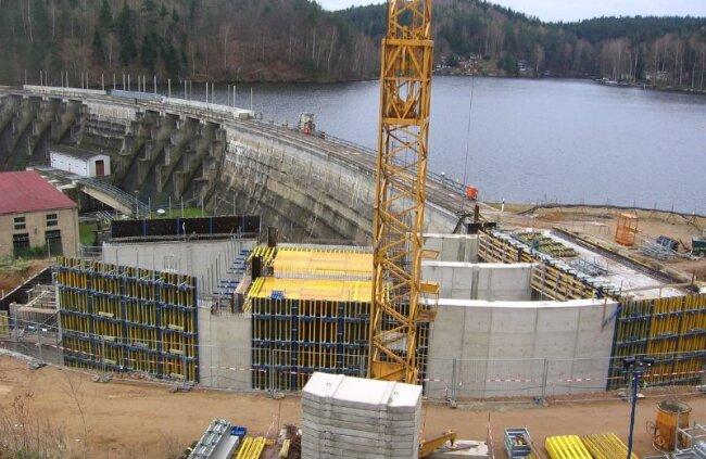 """<p class=""""artikelinhalt"""">Blick auf das neue Einlaufbauwerk, das die Staumauer an der Kriebsteintalsperre künftig um etwa 20 Meter verlängert. </p>"""