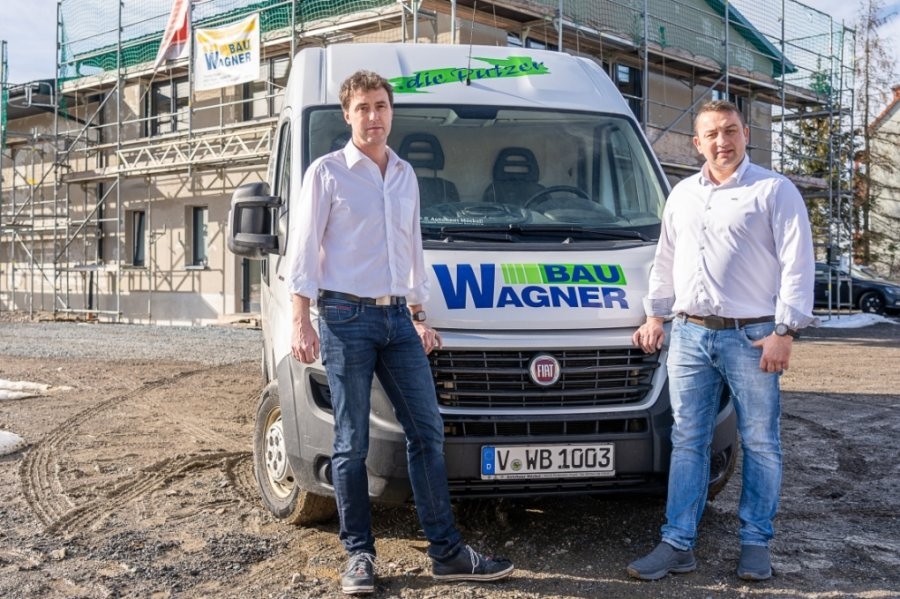 Die Geschäftsführer René Gottwald (links) und Thomas Wagner vor der neuen Zentrale von Wagner Bau im Auerbacher Ortsteil Rebesgrün. In den Büros arbeiten fünf der insgesamt 33 Beschäftigten des Unternehmens. Rund herum ist derzeit noch Schlamm - die Außenanlagen sollen im Sommer fertig sein.