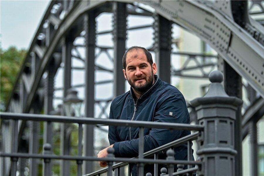 Swen Michaelis steht auf der Könneritzbrücke in Leipzig, die über die Weiße Elster führt. Der gebürtige Chemnitzer lebt mit seiner Partnerin Stefanie Weinberg seit 2009 in der Messestadt.