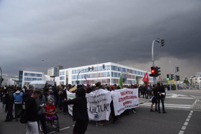 Der Demozug von Chemnitz Nazifrei biegt auf die Dresdner Straße ein.