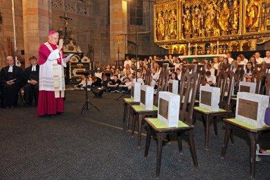 Bischof Heinrich Timmerevers segnete die Tafeln.